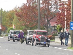 a line up fo the Canadian visitors Model A's before crossing the Arthurs Pass Road..JPG